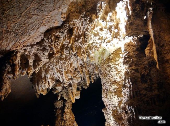 estalactitas de la cueva tham kong lo