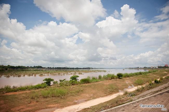 orilla-del-rio-mekong-a-su-paso-por-vientiane