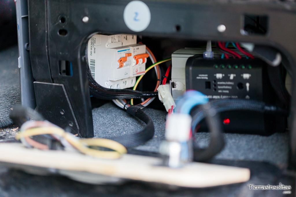 inversor instalación eléctrica en una furgoneta camper