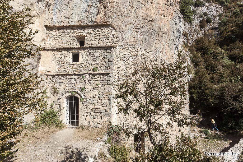 exterior ermita rupestre de la espelunga