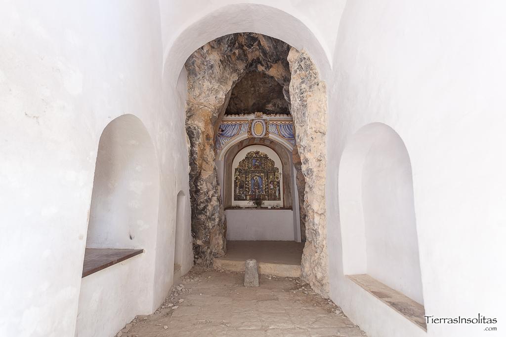interior ermita rupestre de la espelunga