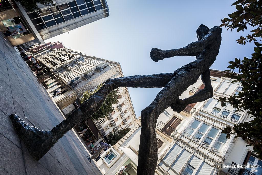 estatua de el caminante vitoria
