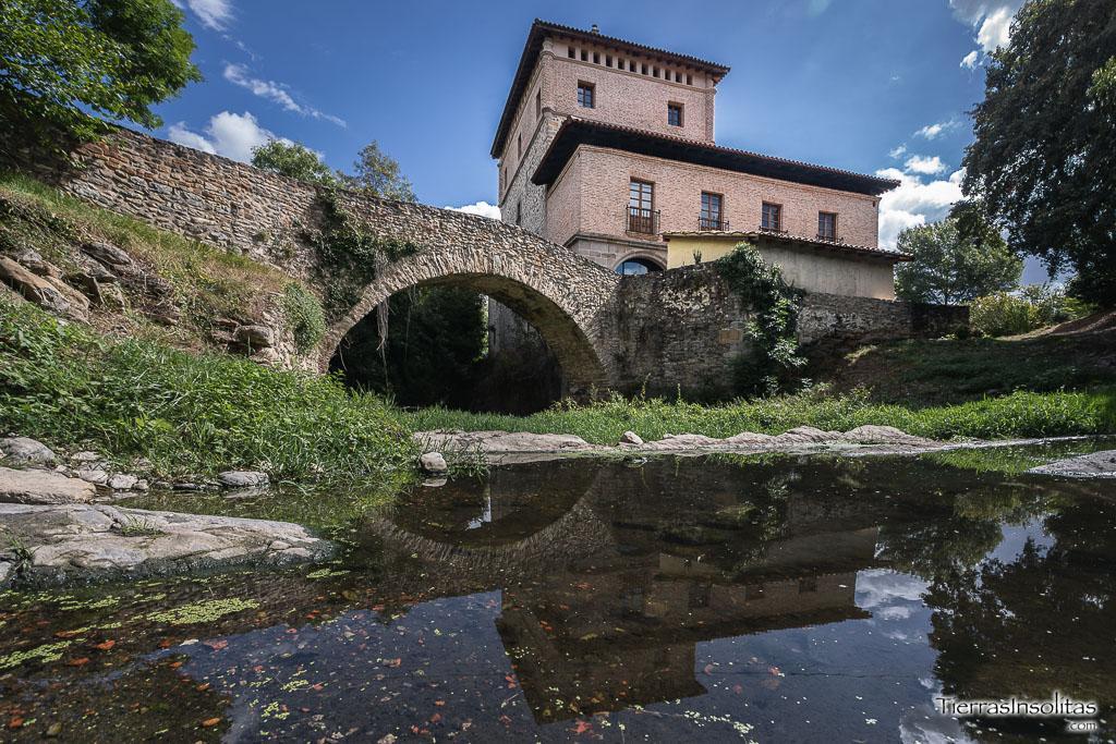 torre y puente sobre el río