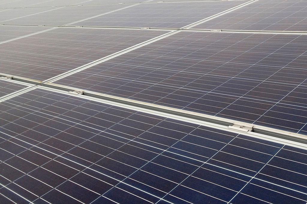 placa solar instalación eléctrica en una furgoneta camper